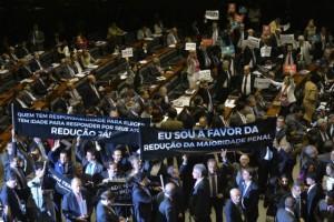 maioridade-penal-plenario-cartazes