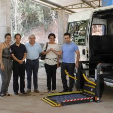 Prefeitura cede veículo adaptado à APAE