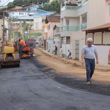 Após retirada de bloquetes, Rua Madre Maria das Neves ganha asfalto