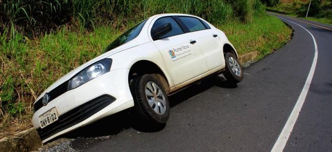 Veículo cai em canaleta na Serra de São Geraldo.