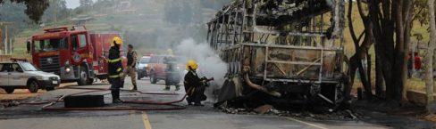 Ônibus é incendiado e autores são presos