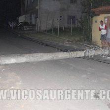 Motoqueiro derruba dois postes no Santa Clara