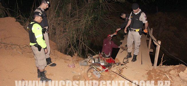 Motoqueiro tenta fugir da Polícia e caí em ribeirão