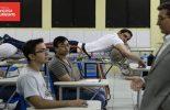 Mesmo paraplégico e com bala alojada, estudante assiste às aulas na maca