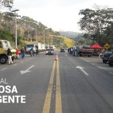 Caminhoneiros fazem paralisação na Br120 em Viçosa