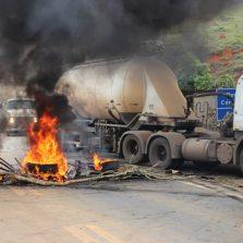 Moradores interditam rodovia em protesto no Bom Jardim em Teixeiras
