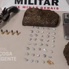 Rua São José, PM localiza arma e drogas em casa abandonada
