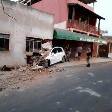 Motorista é detido após atingir residência em Teixeiras