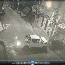 Vídeo mostra colisão entre veículos em Ponte Nova
