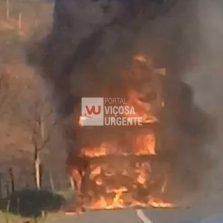 Caminhão pega fogo e interdita rodovia em Visconde do Rio Branco