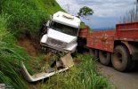 Carreta prensa veículo na Serra de São Geraldo