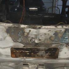 Incêndio atinge 5 veículos em oficina mecânica