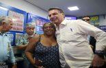 Bolsonaro vai a lotérica apostar na Mega da Virada