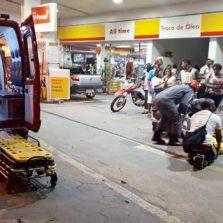 Motoqueiro sofre fratura exposta após acidente no centro