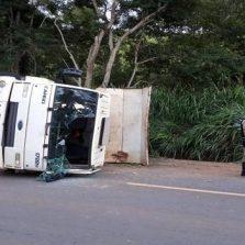 Caminhão da Prefeitura de Teixeiras tomba na Br120