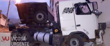 Motorista fica ferido após pular de carreta desgovernada na Barrinha