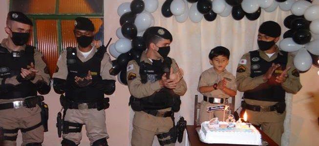 Policias de Viçosa participam de aniversário de criança admiradora da PM
